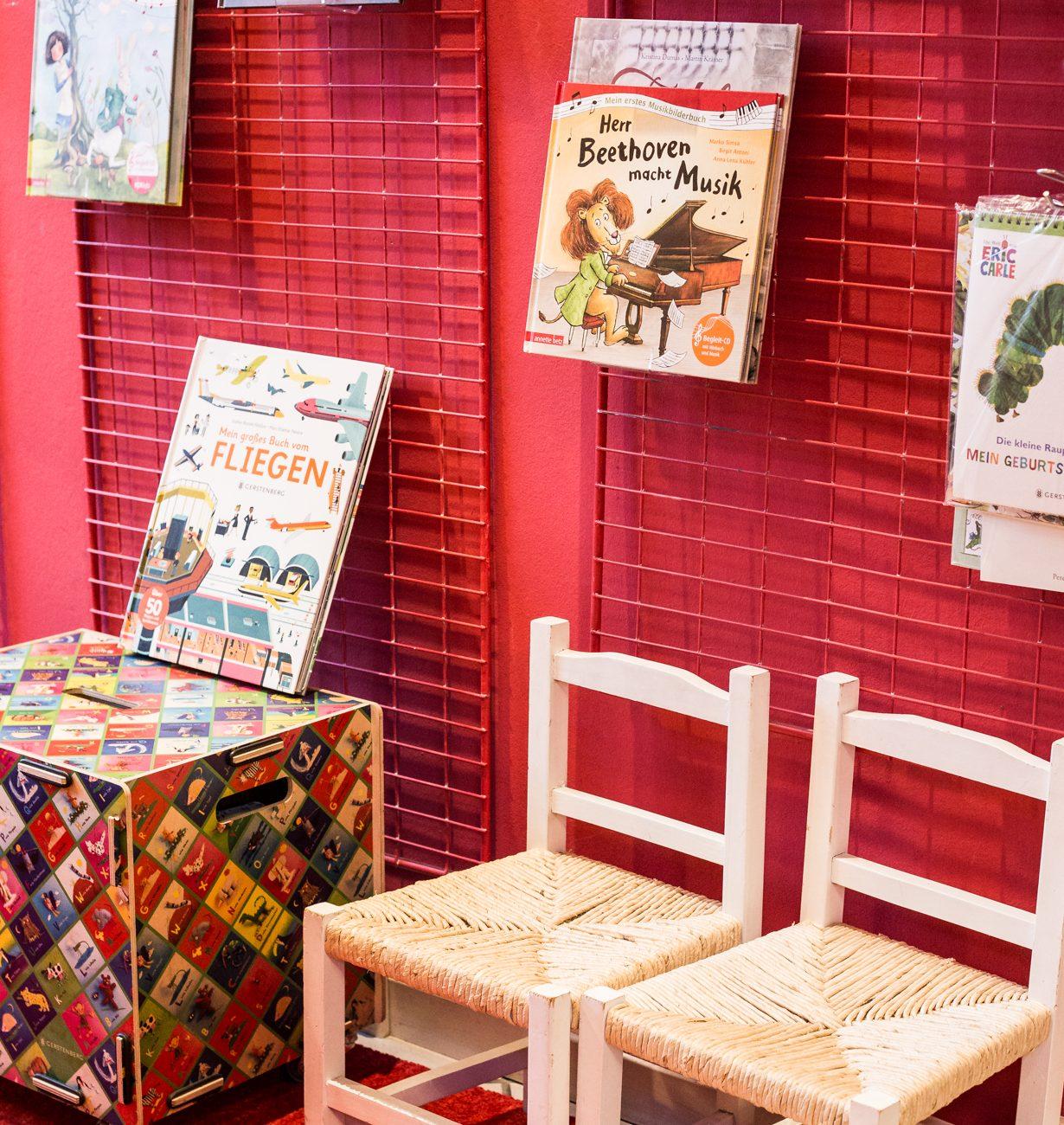 Kinderbuch | Parkbuchhandlung | Kinderstühle| Spielekiste | Bilderbücher