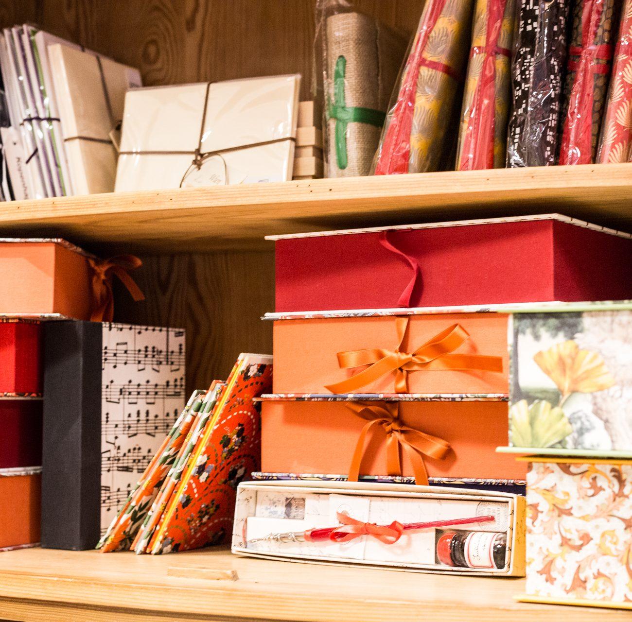 Papeterie | Parkbuchhandlung | Buchkunst | Schatullen | Kartonagen | Notizbücher | Briefpapier | Feder | Tinte